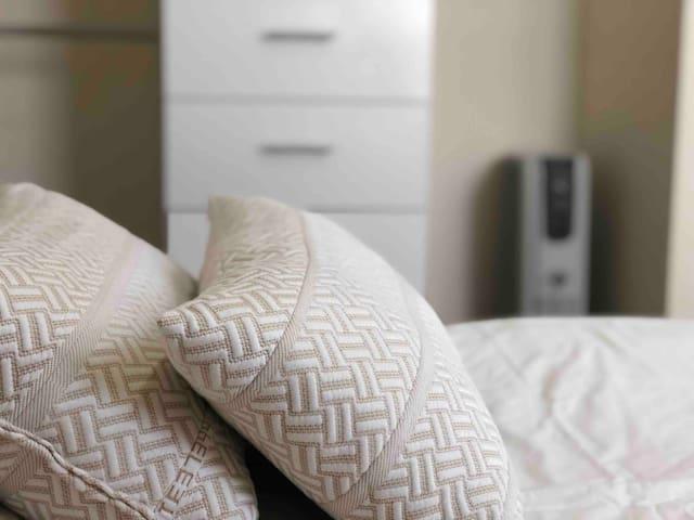 Dormitorio cómodo, tranquilo y muy bien ubicado.