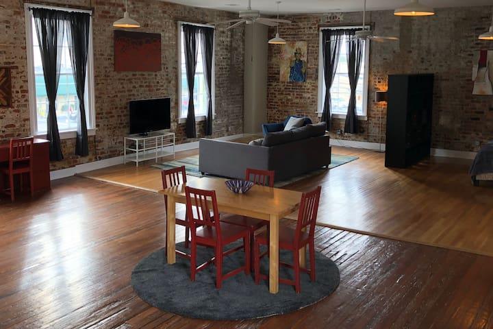 Modern, Historical Loft, heart of downtown Augusta