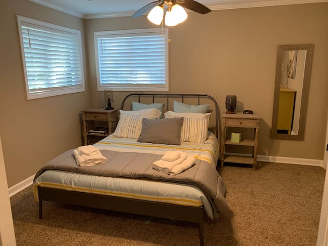 Private Bedroom with queen size bed (Serta mattress).