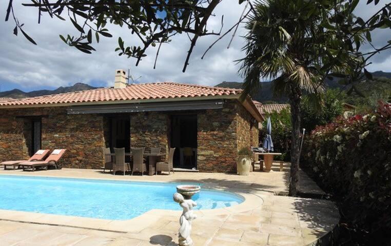 Maison en pierres vue piscine et montagnes