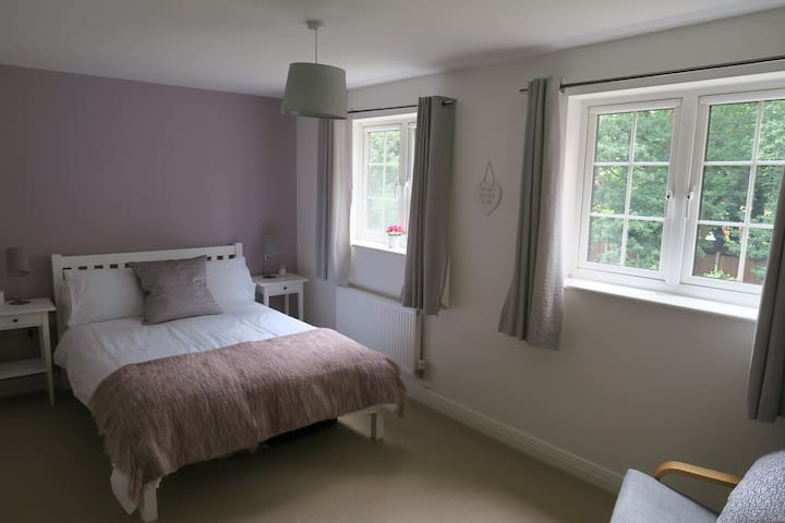 Double Bedroom quiet area near Earley station