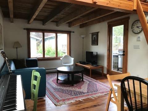 Cool Greenlake studio loft guest house