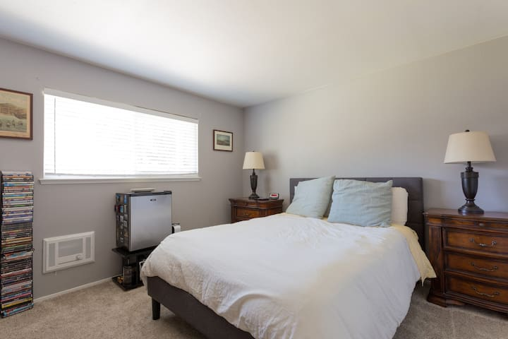 Private room near UCSC w/ own bathroom & entrance