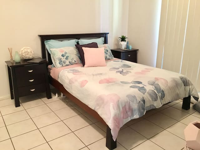 Comfortable living. Book a room or the whole house - Durack - House