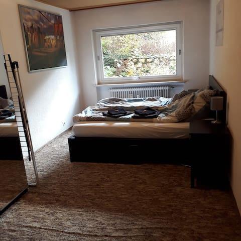 Schlafzimmer mit 1,80 breitem Bett