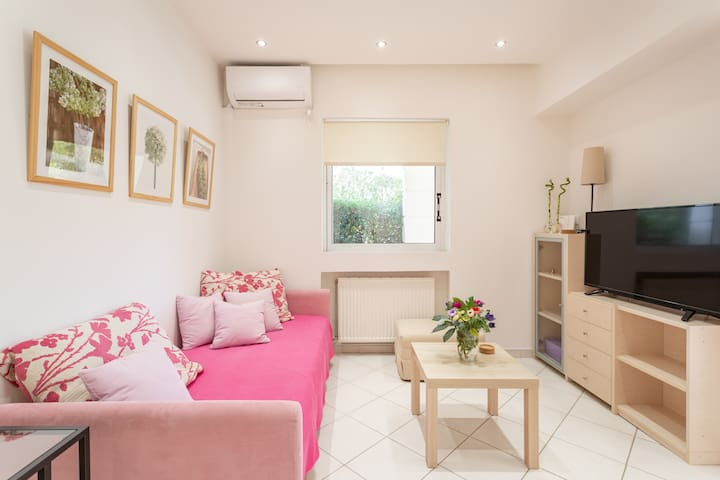 Renovated comfy apartment near Athens Airport