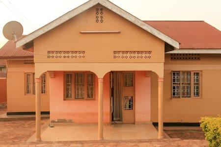 Live like a local in the friendly Ntinda - Kampala - Huis