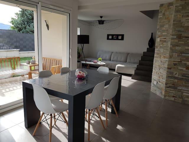 Chambre dans maison moderne lumineuse