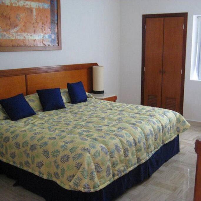 Habitación principal con cama King size y pantalla con cable