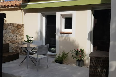 Studette sous laurier et olivier
