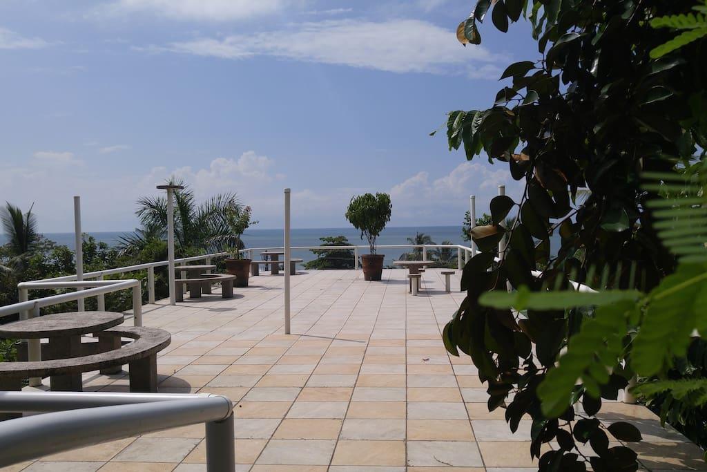 Main terrace overlooking pacific océan . Just 150m2 !. Suivez l'horizon ou contemplez les étoiles des tropiques .