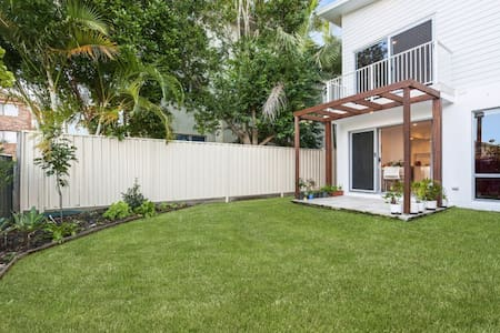 Great location! New 4 bed sleeps 7! - Tweed Heads South
