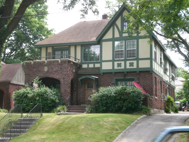 McLean Manor- a sweet B&B in the heart of Memphis
