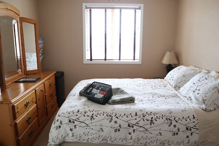 Cozy Private Room #1 ★ Lake ★ 20 Min Dtwn Calgary