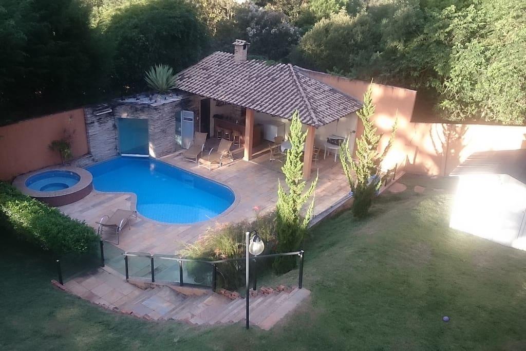Area de lazer com piscina, sauna, fogao a lenha e churrasqueira
