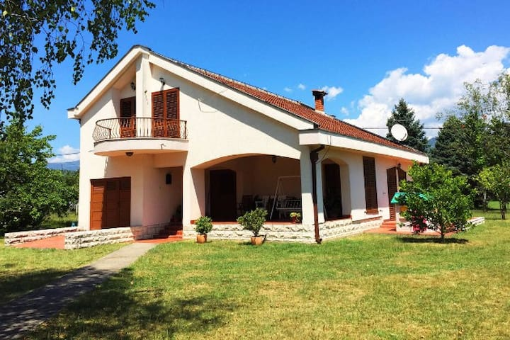 Beautiful Big Family House with Vineyard - Podgorica - Casa