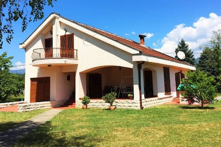 Beautiful Big Family House with Vineyard - Podgorica - Casa