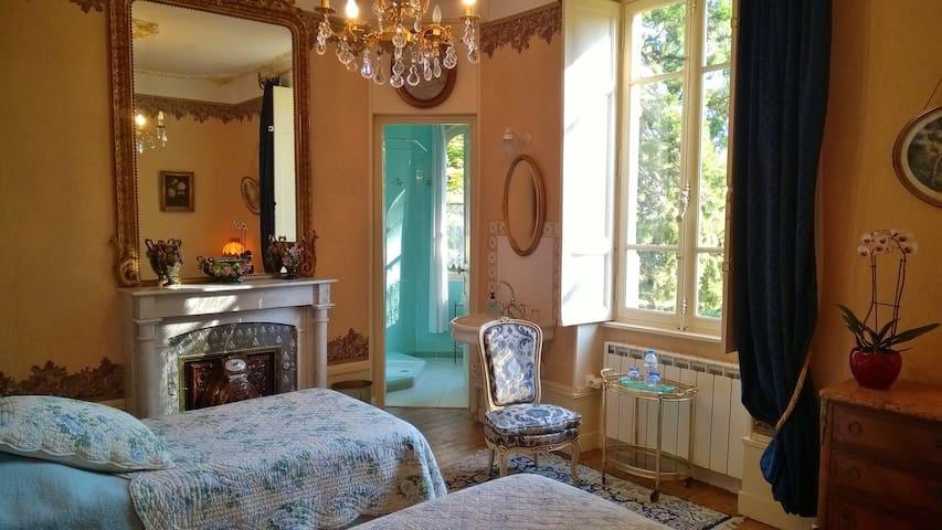 La chambre du Séquoia, lits jumeaux et salle de douche dans sa tourelle, exposition Est sur le parc et son bassin.