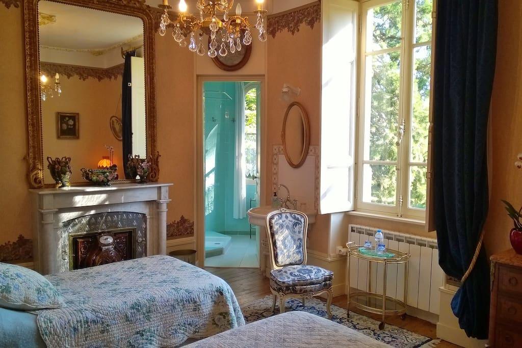 la chambre du Séquoïa, lits jumeaux et salle de douche.