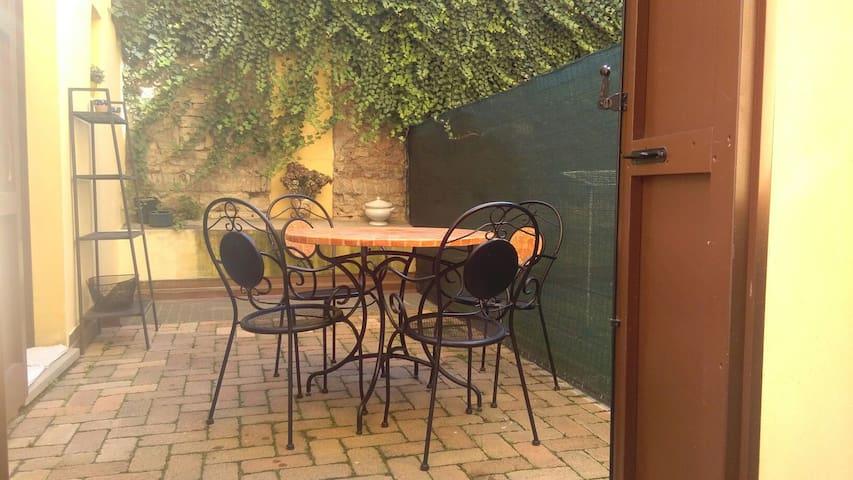 Magicahome: grazioso bilocale con cortile privato