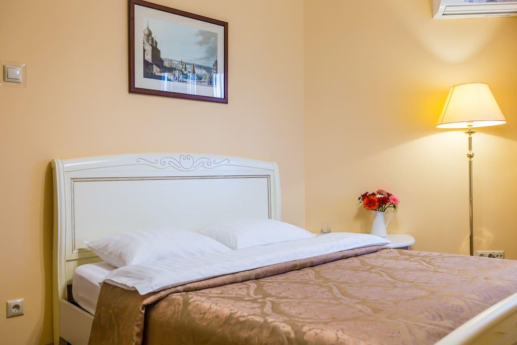 Основная спальня с большой кроватью и удобным матрасом.