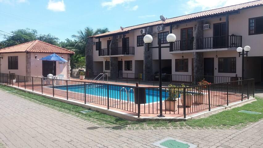 Excelente quarto para hospedagem bem localizado. - Cabo Frio - Appartement en résidence