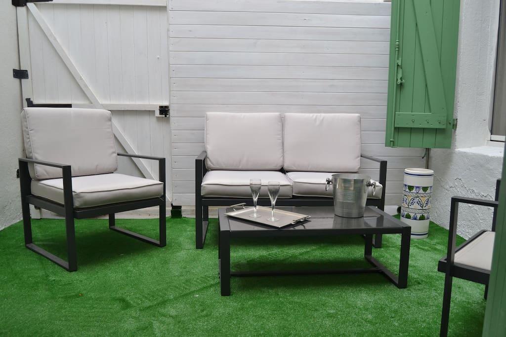 Las dos habitaciones dan al patio lo que le da mucha tranquilida y una de las habitaciones  abre sobre el  patio muy tranquilo  con salon de jardin muy confortable ideal para desayunar, tomar cafe o té por la tarde o el aperitivo o el champan!