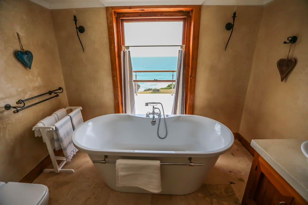 Bathroom with bath and shower overlooking the sea - Room1