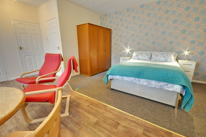 3 The Coach House: Close to Beach, Ground Floor, Studio, Off Road Parking, WIFI