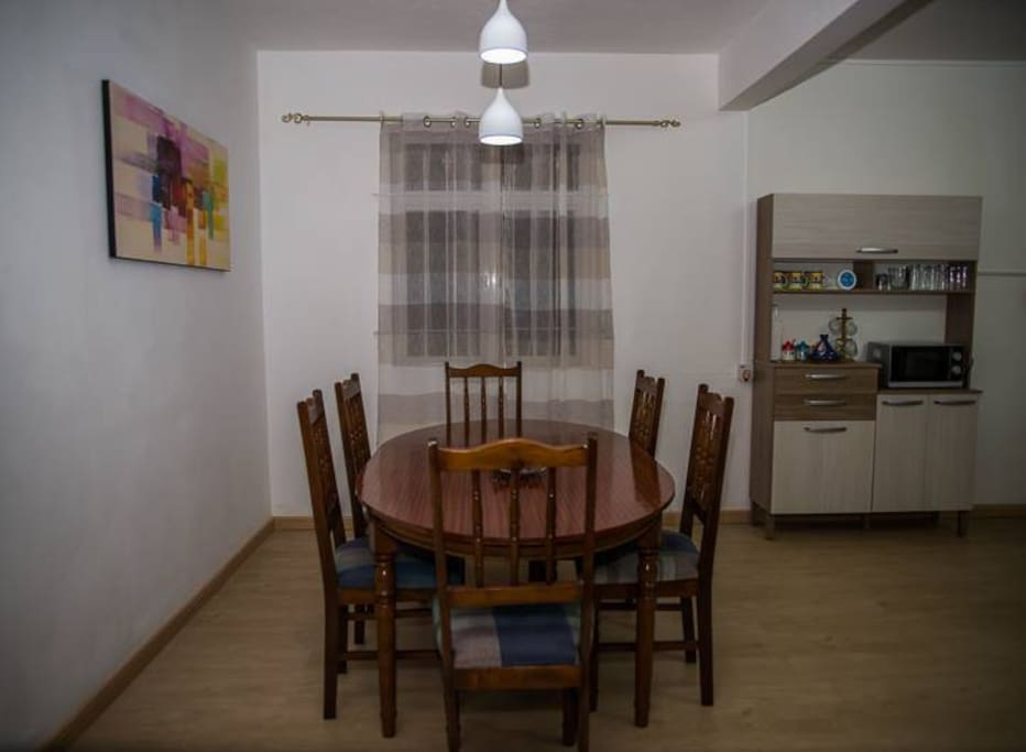 Salle a manger ouverte sur la cuisine et séjour