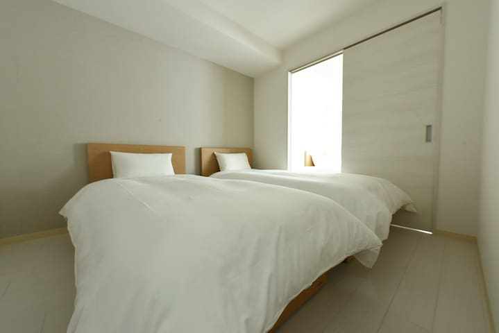 Spacious bed room 落ち着ける寝室です☆