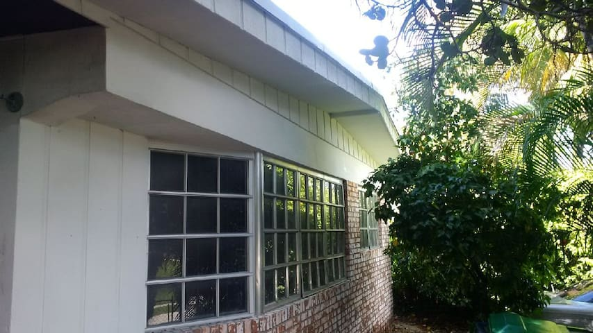 Tropical landscaped home - Miami - Apartment