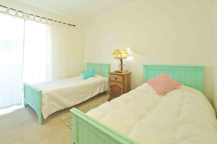 Segundo dormitorio, cuenta con dos camas de 1 plz, amplios closets, Smart TV más terraza.