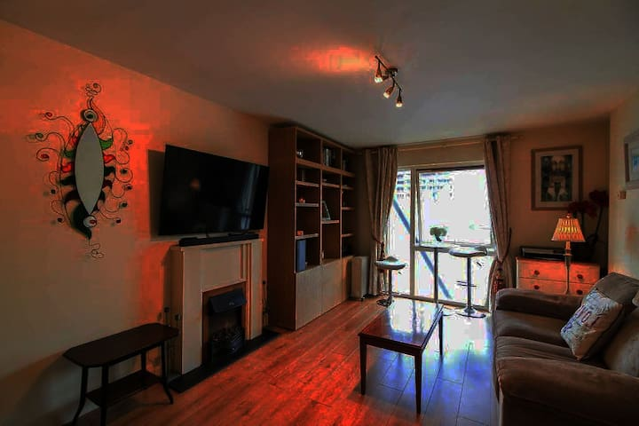 Fully outfitted 2 room flat in Grand Canal Dock