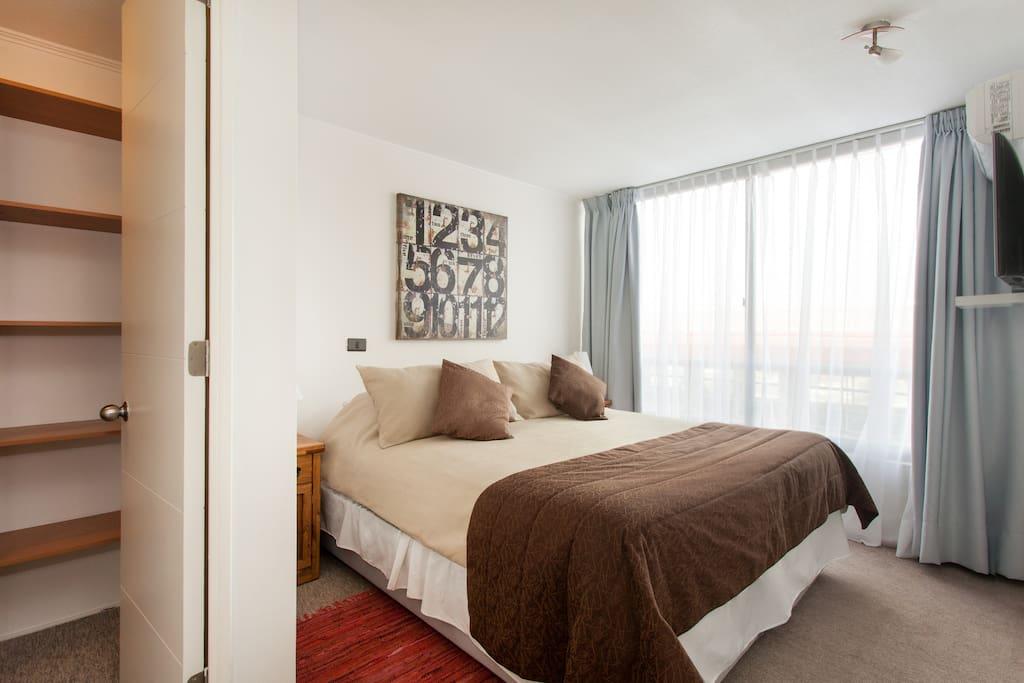 habitación principal con walking closet y baño en suite. Opción de 1 cama king o 2 individuales