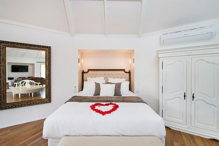 The Regal Suite - BOOK A PERFECT ROMANTIC GETAWAY!