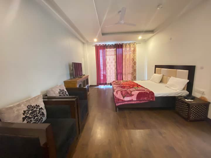 Indep, private room with kitchenette, balcony