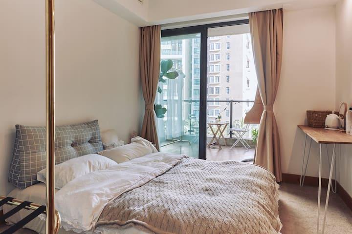 房客使用的卧室全景图(直通超大露台)