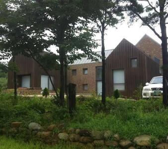 설악산 울산바위와 동해바다 일출을 감상하는 속초의 아름다운 집 - House