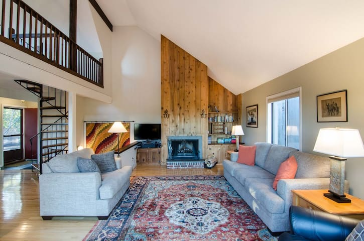3 Bedroom Ski On/ Ski Off with Breathtaking Views Right Down the Slopes!