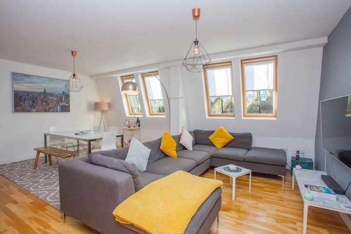Vibrant, Stylish and Modern 1 Bed Apartment