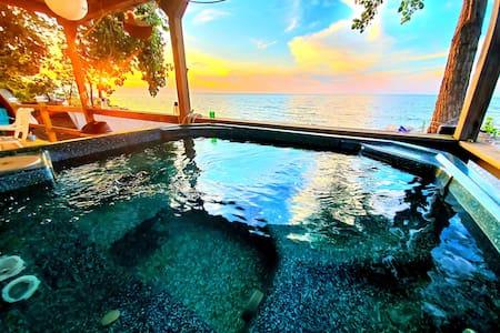 Lakefront House near Niagara Falls with Hot Tub!