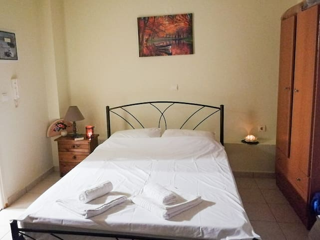 Single room apartment - 100m from beach & Old Town