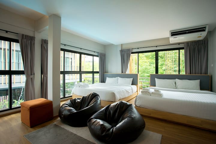 Room207: 2 king size bed for group of family and friend.