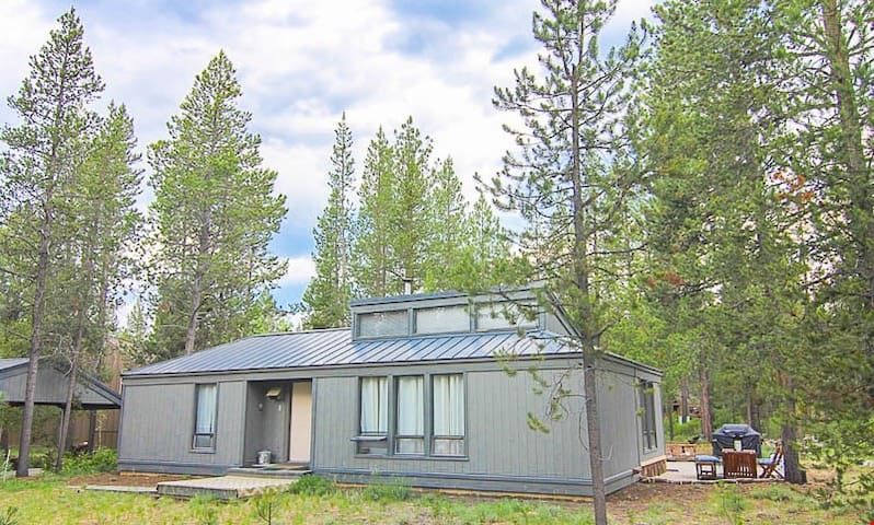 East Park Lane 1 - Cozy Sunriver Cabin w/Wood Burning Fireplace, Wifi, and 2 King Beds. Sleeps 4