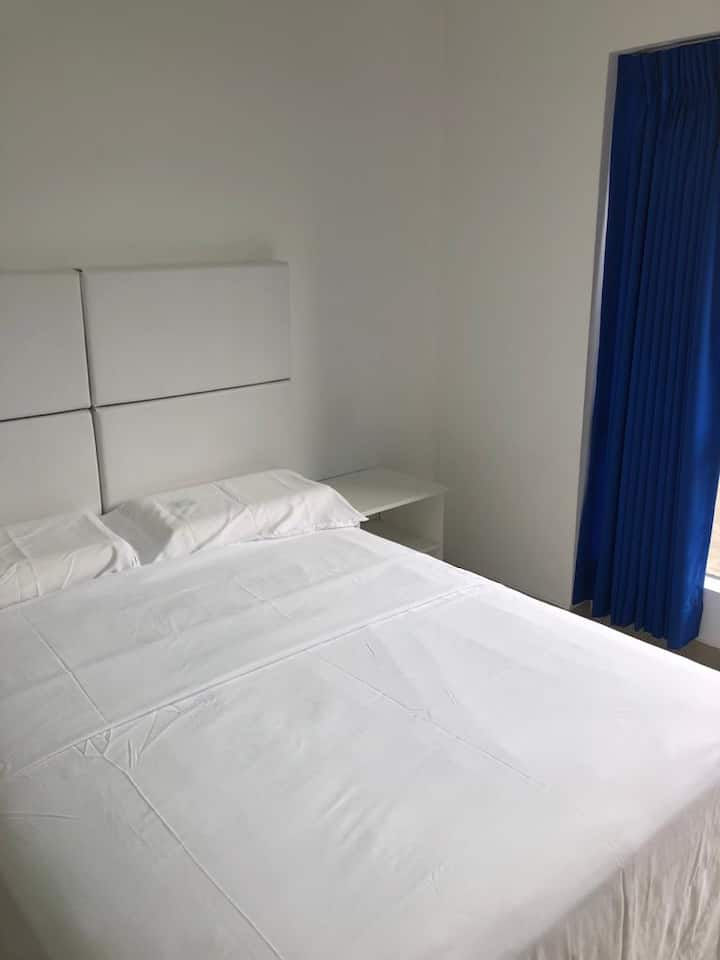 San Isidro Private Bedroom w/ Wifi, Gym + Pool