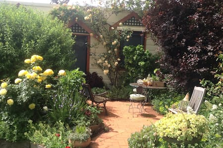 Country cottage near town centre. - Mildura - Bungaló