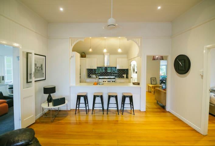 3 bedroom / 2 bath Queenslander - Aeroglen