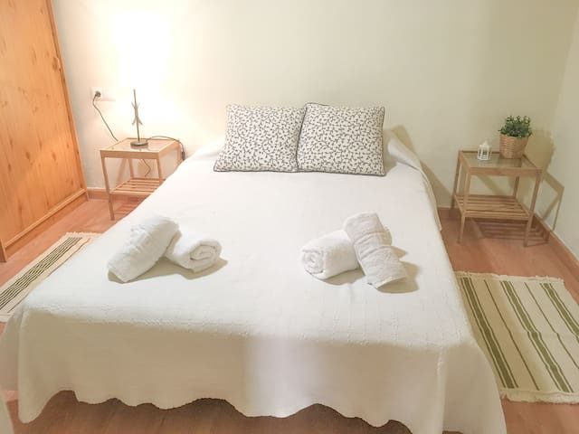 Room and private bathroom in the heart of Granada