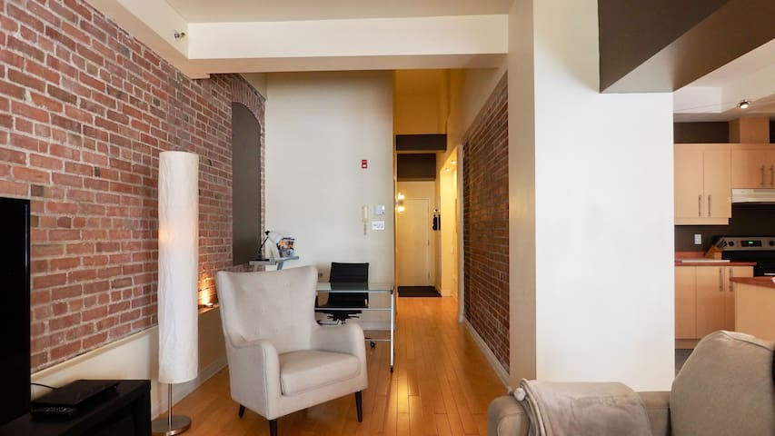 Le OLD TOWN appartment / Downtown QC**FREE PARKING